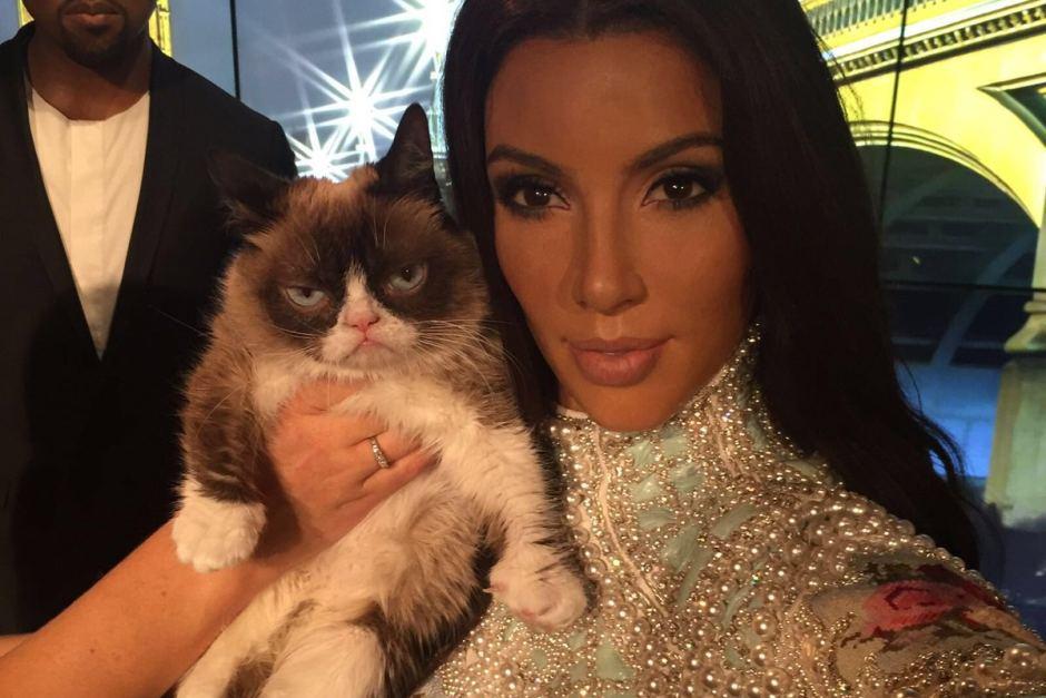 Grumpy Cat com estátua de cera de Kim Kardashian no Museu Madame Tussauds. Fonte: Twitter Madame Tussauds